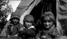 Elever bild 5 3 flickor utanför kåtan
