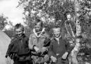 Elever Bild 6 3 pojkar utanför kåtan